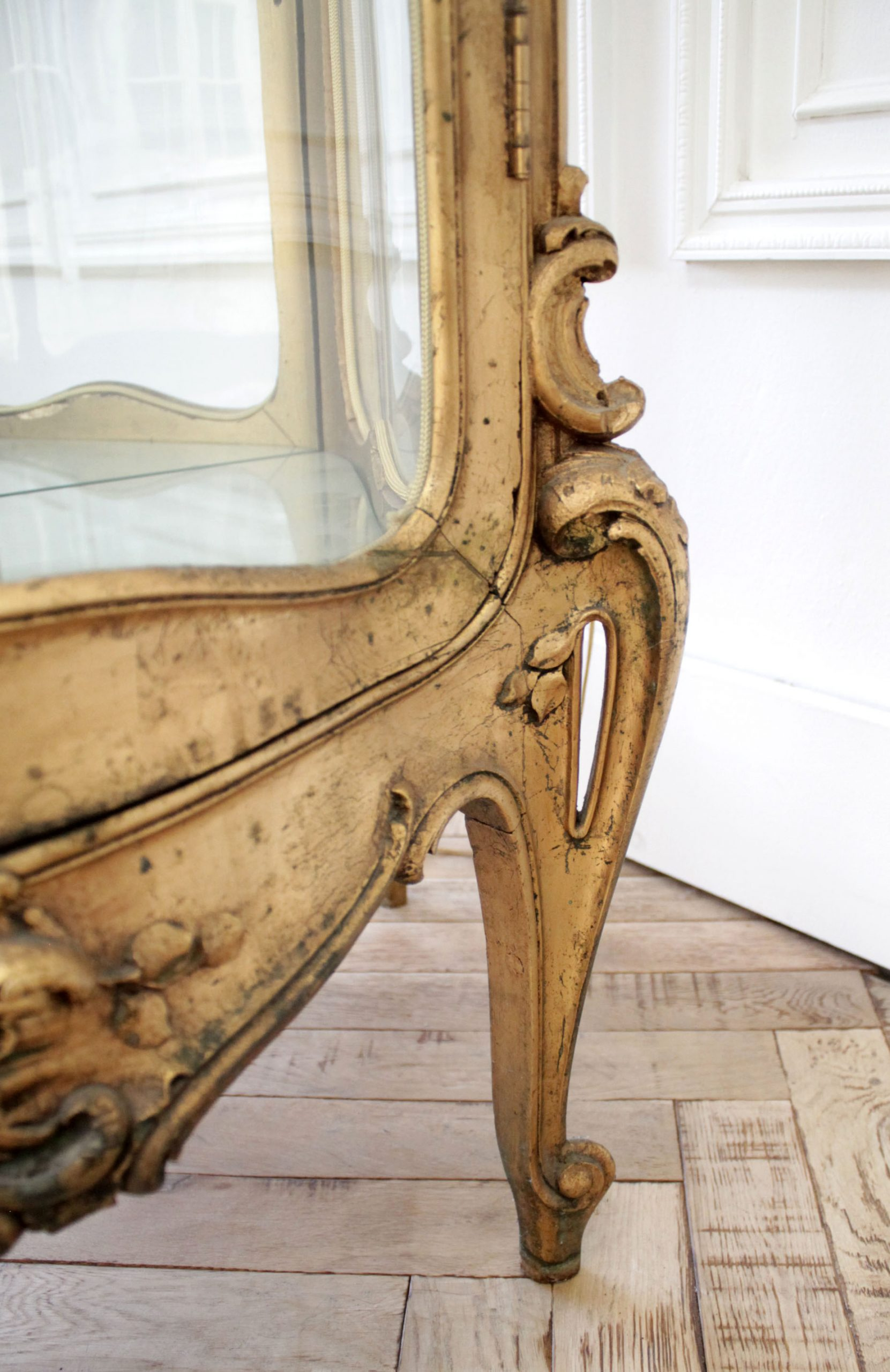 Early 20th Century Louis XV Style Giltwood Carved Vitrine Display